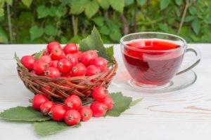Лечим заболевания сердца и сосудов отваром из плодов боярышника!