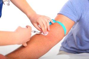 Для диагностики уровня холестерина в крови нужно сдать кровь на биохимию