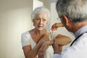 Боль сердце, которая отдает в левую руку – один из симптомов инфаркта миокарда