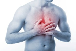 Стенокардия проявляется болью в центре грудной клетки