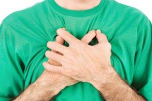 Признаком аневризмы служит появление систолического шума в проекции расширения аорты