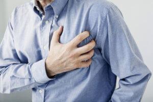 Сильна боль за грудиной, которая отдает в левую руку – признаки инфаркта