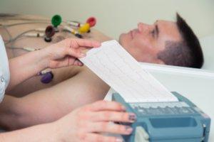 Подтвердить диагноз можно с помощью ЭКГ
