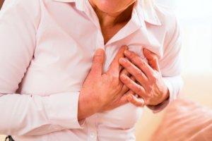 Аритмия может проявляться разными симптомами