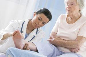 Ревматоидный васкулит возникает как осложнение ревматоидного артрита