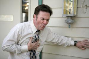 Сильная жгучая боль за грудиной – признаки приступа