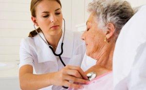 Нужно оказать экстренную медикаментозную терапию, направленную на снижение АД