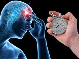 При появлении признаков инсульта нужно срочно вызвать скорую помощь!