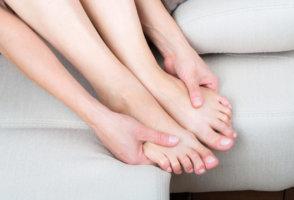 Заболевание начинается с боли в ногах при ходьбе