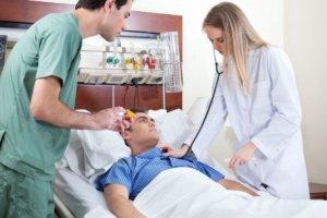 При первых симптомах инсульта нужно вызвать скорую помощь!