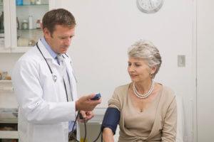 Лечение пониженного давления занимается врач-кардиолог