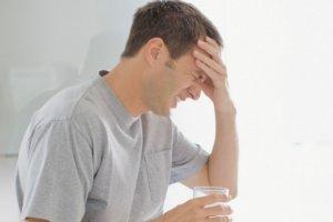 Сильная головная боль, онемение лица и конечностей могут указывать на микроинсульт