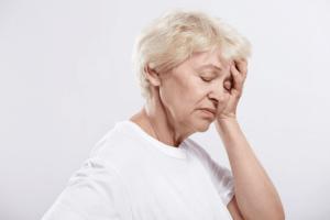Нарушение речи, односторонний перекос лица и потемнение в глазах – признаки микроинсульта