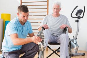 Подобрать правильный комплекс упражнений поможет врач-реабилитолог