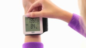 Измерять давление на запястье можно как сидя, так и стоя