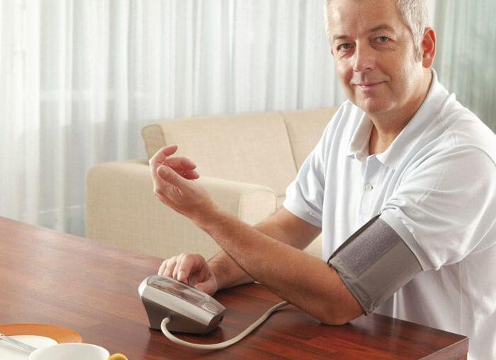 Как правильно измерять давление плечевым и запястным автоматическим тонометром?