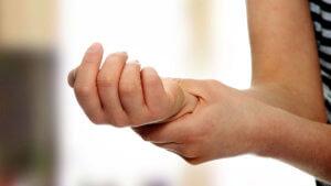 Симптомы синдрома чаще всего проявляться на руках