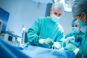 Хирургическое вмешательство показано при поражении сосудов атеросклеротическими бляшками