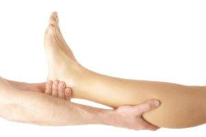 При приступе судороги нужно размять мышцу