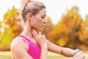 Пульс на сонной артерии легко прощупывается