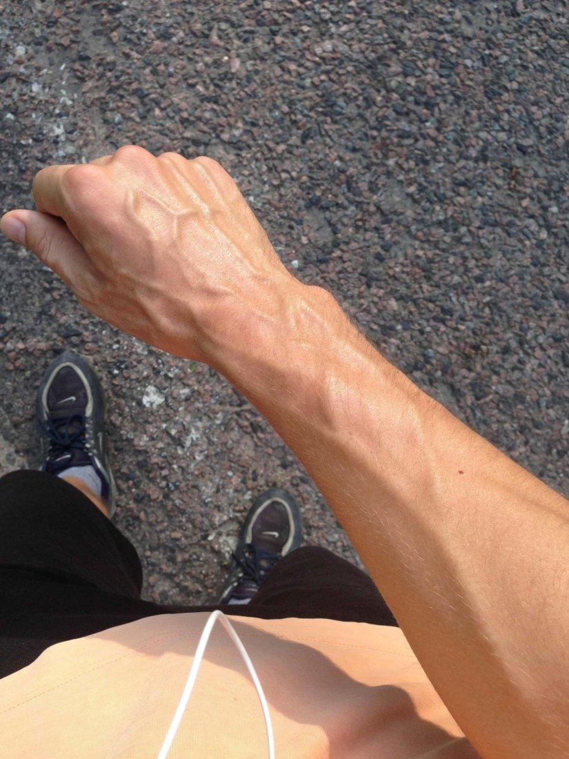 сильно видны вены на руках