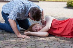Что может спровоцировать приступ эпилепсии и как оказать первую помощь?