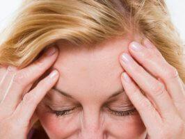 Патология проявляется нарушением когнитивных функций с расстройствами двигательных и эмоциональных сфер