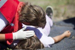 Во время приступа человеку нужно максимально облегчить дыхание и повернуть голову на бок