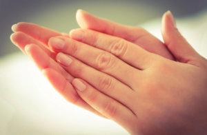 Потливость ладоней может быть вызвана как физиологическими, так и патологическими причинами