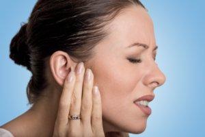 Онемение уха могут вызвать как физиологические, так и патологические процессы