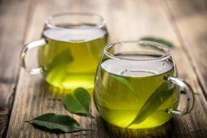 Зеленый чай содержит кофеин и катехин, которые влияют на давление