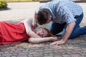 Обморок у подростка: причины развития, первые признаки и первая помощь