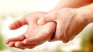 Слабость мышц рук, онемение, боль, дрожание пальцев и потливость – признаки болезни