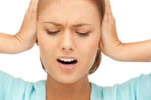 Вместе с болью в затылке могут возникать шум в ушах и головокружение