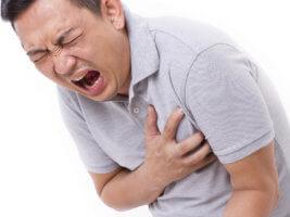 Сильная боль в груди более 20 минут может быть признаком сердечного приступа