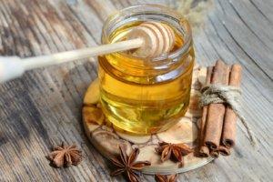 Мед с корицей растворяет холестериновые бляшки, делает кровь качественнее и чище
