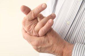 Постоянное онемение среднего пальца может быть признаком серьезной патологии