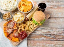 Копчености и колбасы, острые приправы и соль нужно исключить из рациона питания