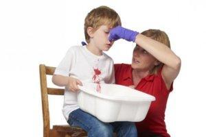 Нужно слегка прижать крылья носа пальцами к носовой перегородке на 3-5 минут