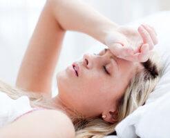Низкое давление может сопровождаться головной болью, аритмией, слабостью и даже рвотой
