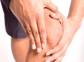 Зуд выше колен может быть вызван самыми разными причинами