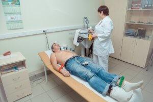 Врач-кардиолог проведет диагностику и выявит причину шума