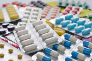 Лечение комплексное и включает прием препаратов, улучшающих венозный отток