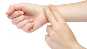 Измерять пульс самому себе проще всего на запястье, где проходит лучевая артерия