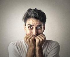 Заболевание характеризуется упадком психической деятельности и нарушение связанности психических процессов