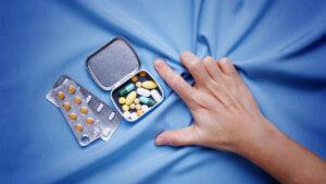 Терапия включает приме прихотропных и ноотропным препаратов