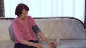 Бабушка и тонометр