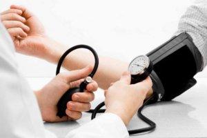 Стойкое повышение артериального давления носит название гипертония