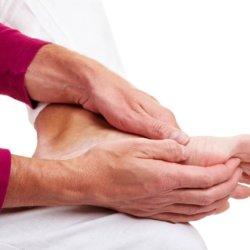 Медикаментозное и народное лечение судорог ног в пожилом возрасте
