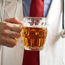 Можно ли пить пиво при повышенном давлении, аргументы за и против, возможные последствия